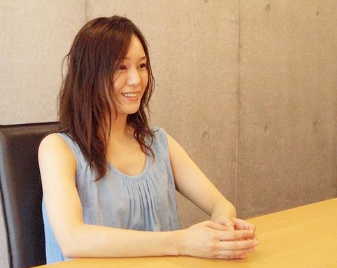 インタビューに答える奥貫薫